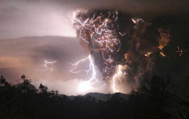 Los relámpagos aparecen por arriba y alrededor del volcán Chaiten como se ve desde Chana, aproximadamente 30 kilómetros (19 millas) al norte del volcán, como comenzó su primera erupción en unos miles de años, en el sureste de Chile, el 2 de mayo de 2008. Los casos de tormentas eléctricas que caen directamente encima de volcanes que estallan bien son documentados, aunque los cientificos difieren sobre lo que les causa.